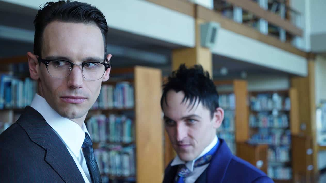 """GOTHAM: R-L: Robin Lord Taylor and Cory Michael Smith in the """"Mad City: Follow the White Rabbit"""" episode of GOTHAM airing Monday, Oct. 24 (8:00-9:01 PM ET/PT) on FOX. ©2016 Fox Broadcasting Co. Cr: Nicole Rivelli/FOX."""