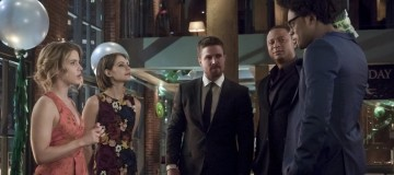 "Arrow -- ""Missing"" -- Image AR522b_0009b.jpg -- Pictured (L-R): Emily Bett Rickards as Felicity Smoak, Willa Holland as Thea Queen / Speedy, Stephen Amell as Oliver Queen/The Green Arrow, David Ramsey as John Diggle/Spartan and Echo Kellum as Curtis Holt/Mr.Terrific -- Photo: Katie Yu/The CW -- © 2017 The CW Network, LLC. All Rights Reserved."